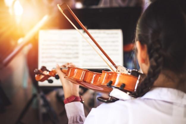 Studentinnen spielen violine in der gruppe. Premium Fotos