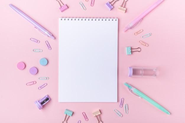 Studieren und zurück zu schulzubehör auf rosa Premium Fotos