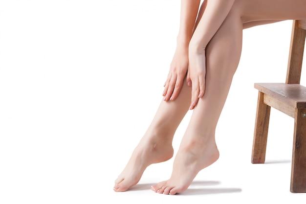 Studio-aufnahme der frauenfrauenbeine der jungen frau. Premium Fotos