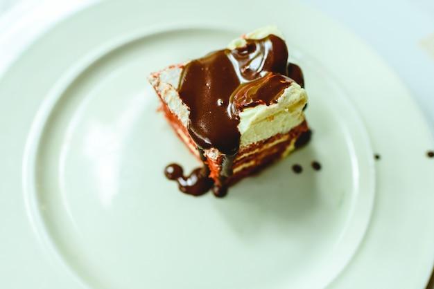 Stück des köstlichen schokoladenkuchens auf platte, verdienter nachtisch für süßen zahn. Premium Fotos