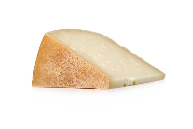 Stück käse auf einer weißen oberfläche Kostenlose Fotos