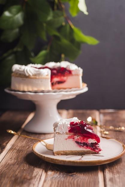 Stück kirschkuchen mit vanillepudding Kostenlose Fotos