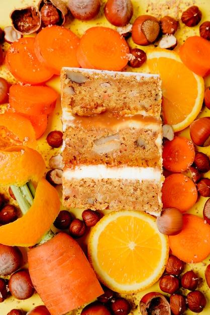 Stück kuchen im abschnitt auf dem hintergrund der frucht Premium Fotos