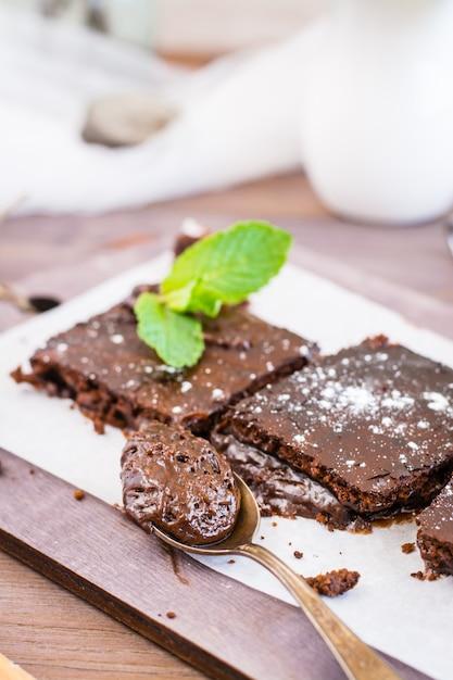 Stück selbst gemachte schokoladenschokoladenkuchen in einem löffel Premium Fotos