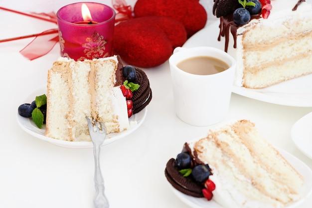 Stück torte mit frischen beeren, frischkäse und schokoladenkeksen. Premium Fotos