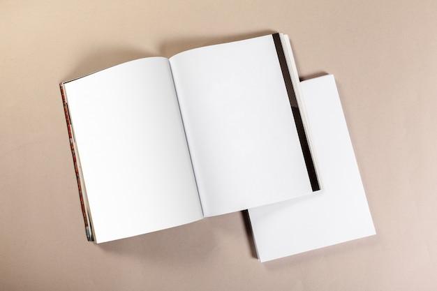 Stücke des leeren papiers für spott oben auf einem beige hintergrund Premium Fotos