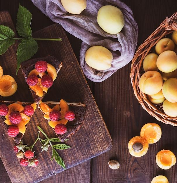 Stücke käsekuchen mit aprikose und himbeere Premium Fotos