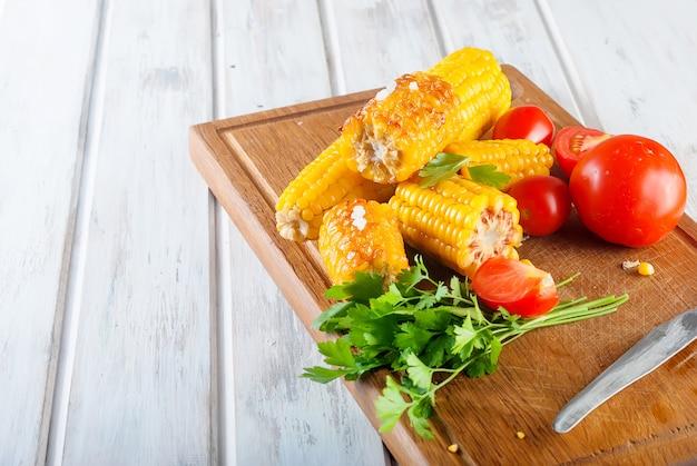 Stücke süßer mais gegrillt in der zinnfolie Premium Fotos