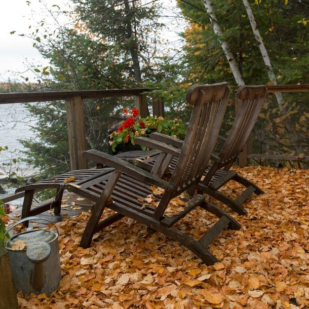 Stühle auf der terrasse, lake of the woods, ontario, kanada Premium Fotos