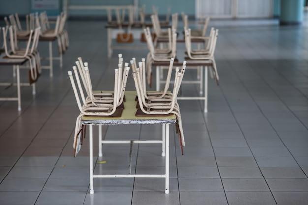 Stühle auf tischen im kindergartenraum Premium Fotos