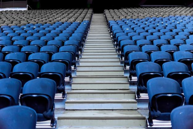 Stühle im stadion für zuschauer, die in einer reihe stehen Premium Fotos
