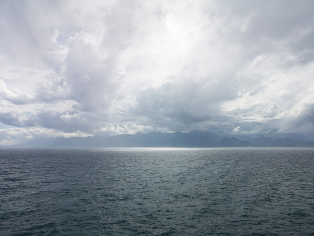 Stürmisches wetter und dunkle meereswellen Premium Fotos