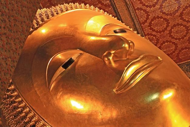 Stützendes buddha-bild bei wat pho temple, thailand Premium Fotos