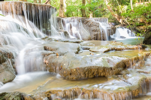 Stufe sechs des wasserfalls huai mae kamin in kanchanaburi, thailand Premium Fotos