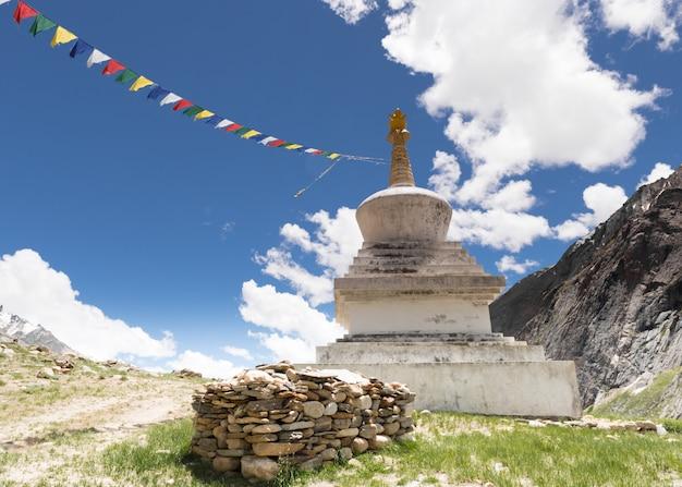 Stupa- und gebetsflaggen im berg, kaschmir-indien Premium Fotos