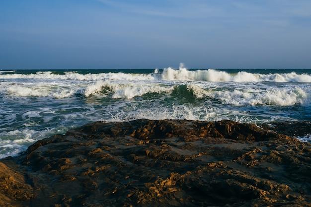 Sturm auf see mit starken wellen an einem wolkigen tag Premium Fotos