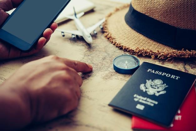 Suchen sie die route auf der karte und suchen sie nach informationen im internet. Premium Fotos