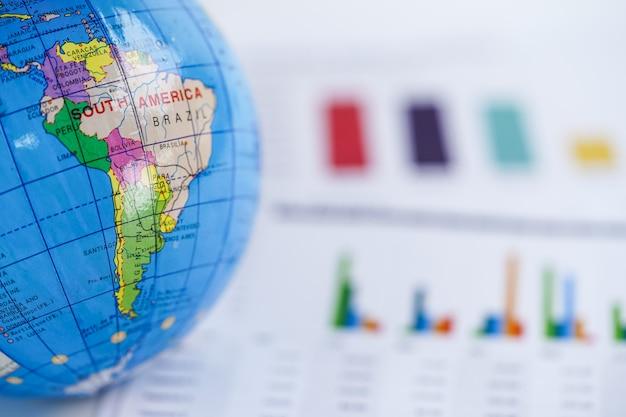 Südamerika-kugelweltkarte auf diagrammdiagrammpapier Premium Fotos