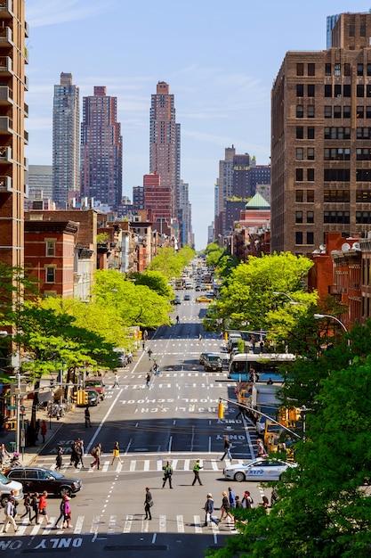 Südlicher verkehr von ny taxi in new york. schönes gebäude und architektur der stadt Premium Fotos
