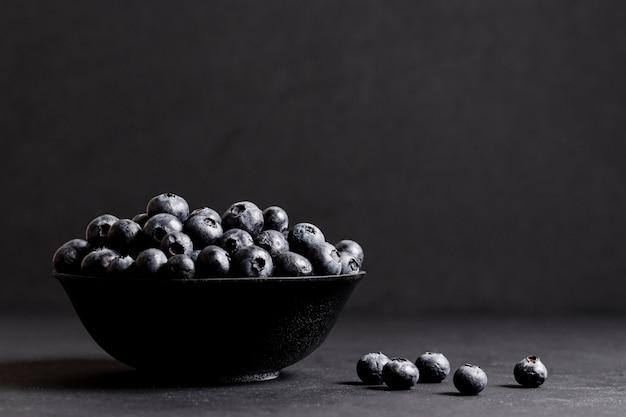 Süße blaubeeren in der vorderansicht der schüssel Kostenlose Fotos