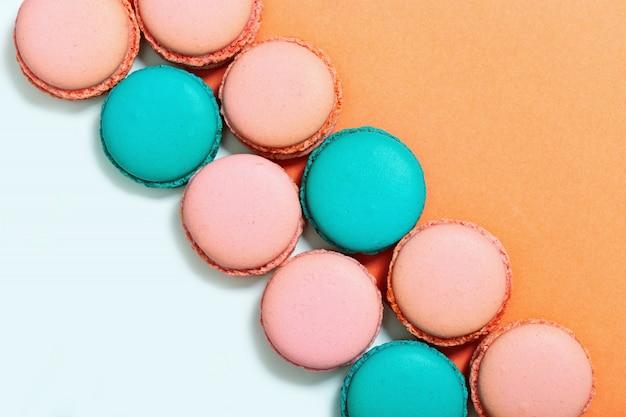 Süße bunte makronen. reihe von minze und rosa macarons. ansicht von oben. kopieren sie platz. pastellfarben. Premium Fotos
