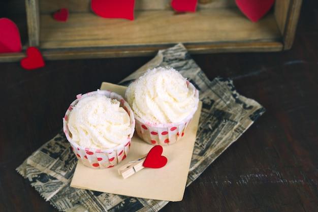 Süße cupcakes mit sahne auf vintage pergament Premium Fotos