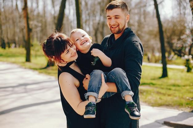 Süße familie in einem park Kostenlose Fotos