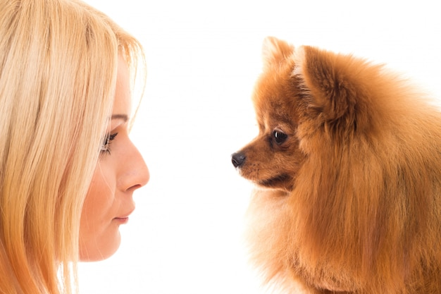 Süße frau mit einem hund Kostenlose Fotos