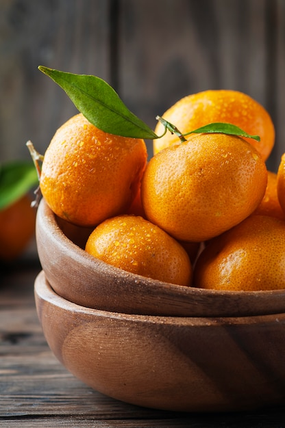 Süße frische orangenmandarine auf dem holztisch Premium Fotos