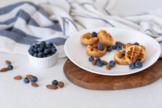 Süße hausgemachte waffeln auf teller Premium Fotos