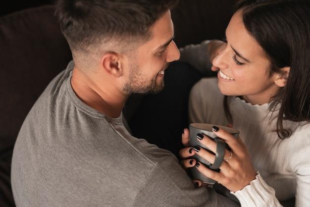 Süße kaffeezeit mit jungen paaren Kostenlose Fotos