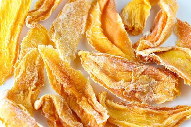 Süße rohe organische getrocknete mango. Premium Fotos