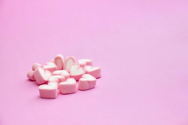 Süße rosa eibische auf rosa hintergrund mit kopienraum Premium Fotos