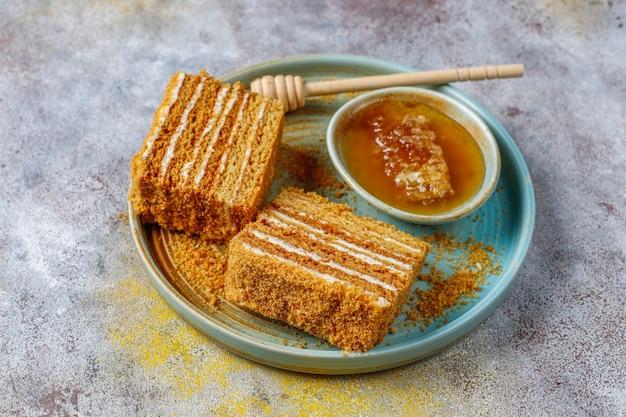 Süßer hausgemachter geschichteter honigkuchen mit gewürzen und nüssen. Kostenlose Fotos