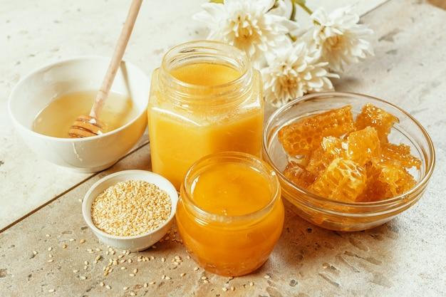 Süßer honig auf dem tisch Premium Fotos