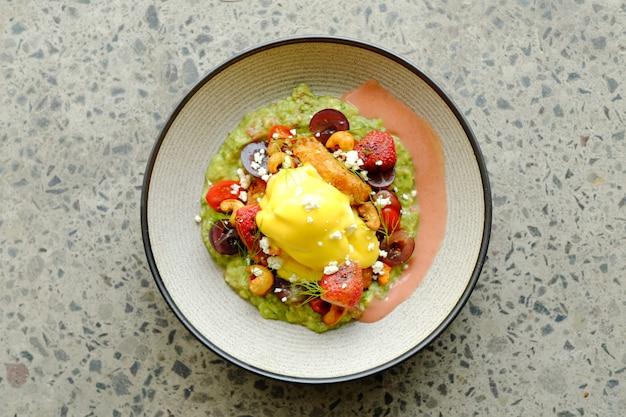 Süßer leckerer salat mit erdbeerkäse und rindfleisch Premium Fotos