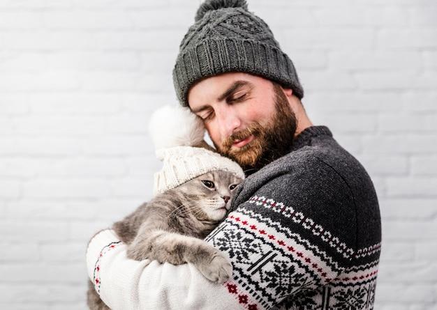 Süßer moment der vorderansicht mit mann und katze Kostenlose Fotos