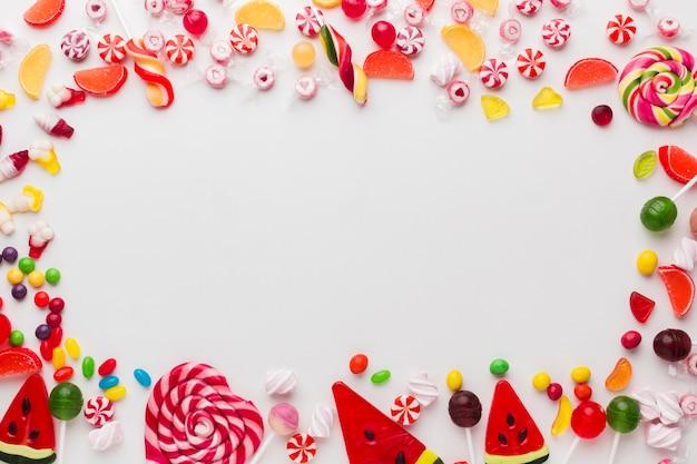 Süßer rahmen gemacht von den süßigkeiten mit kopienraum Premium Fotos