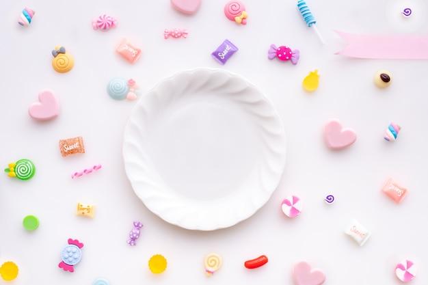 Süßer süßigkeitsrahmen auf lokalisiertem weißem hintergrund, valentinsgrußtageshintergrund. Premium Fotos