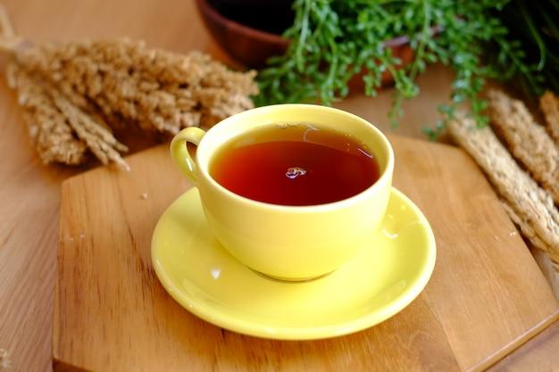 Süßer tee auf dem gelben glas Premium Fotos