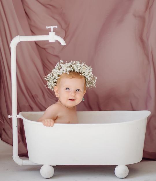 Süßes baby im badezimmer Kostenlose Fotos