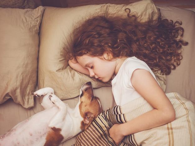 Süßes baby und welpe schläft in der nacht. Premium Fotos