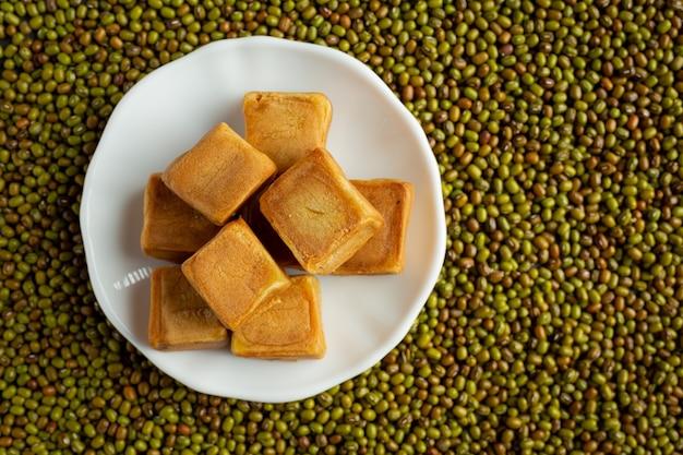 Süßes bohnenpastenbrötchen in weißer platte auf den boden voller sprossensamen gelegt Kostenlose Fotos
