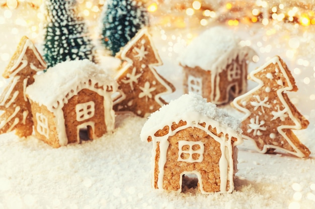 Süßes dorf aus lebkuchenplätzchenhäusern mit weihnachtsdekoration Premium Fotos