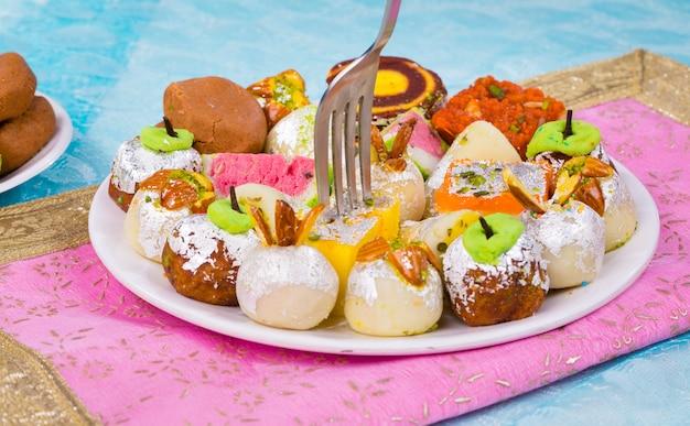 Süßes essen mischen Premium Fotos
