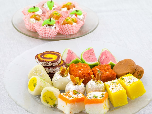 Süßes lebensmittel der indischen traditionellen mischung Premium Fotos