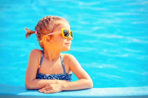 Süßes mädchen im pool Premium Fotos