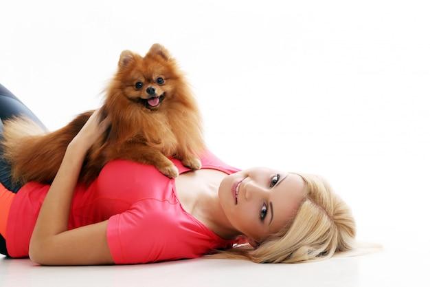 Süßes mädchen mit einem hund Kostenlose Fotos