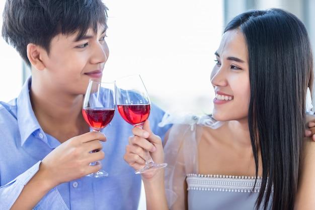 Süßes paar, das romantisches mittagessen hat und wein trinkt Premium Fotos