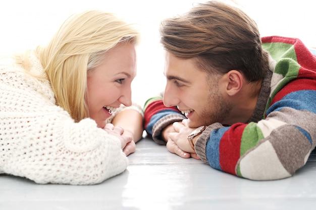Süßes paar sind ineinander verliebt Kostenlose Fotos